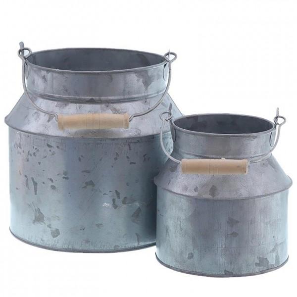 Milchkannen aus verzinktem Metall im Landhausstil
